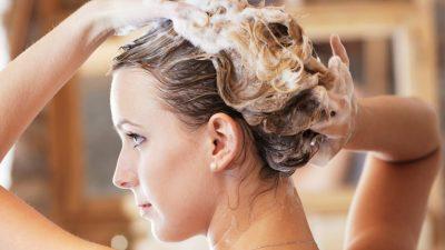 Нужно ли мыть голову перед химической завивкой волос и как надо готовить пряди к процедуре?