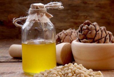 Кедровое масло для волос: способы применения продукта из сибирского ореха, его польза для локонов, а также возможные противопоказания