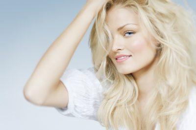 Из брюнетки в блондинку: осветление темных волос народными и магазинными средствами