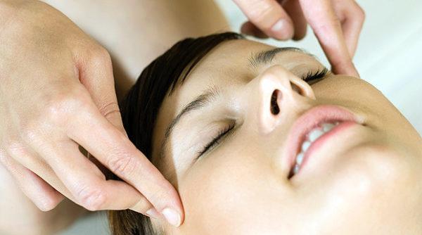 Аппаратный точечный массаж кожи головы