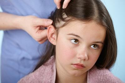 Девочке заплетают косу