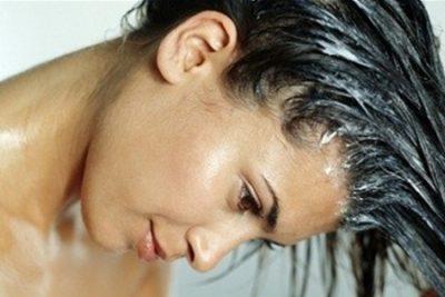 Волосы жирные у корней и сухие на кончиках: что делать?